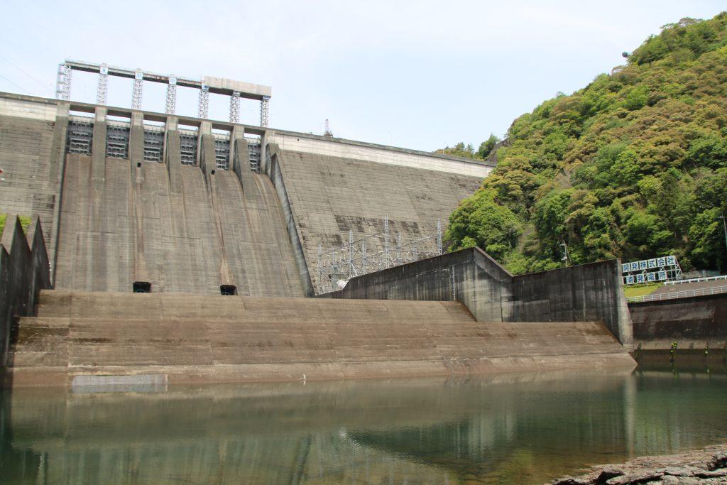 早明浦ダムを減勢工直下流から(2021年5月)