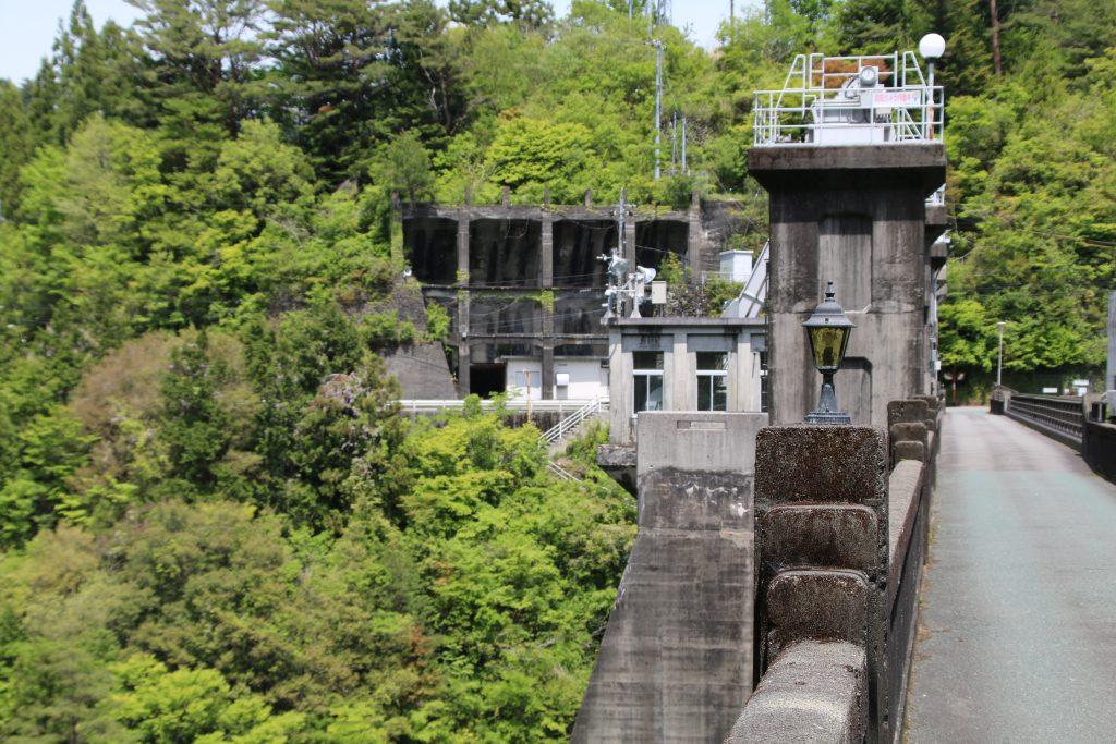 大橋堰堤のランプと天端(2021年5月)