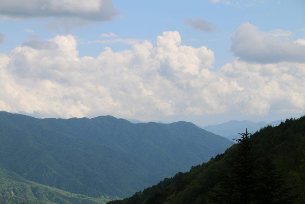 柳沢峠から富士山方面を望む(2021年5月)