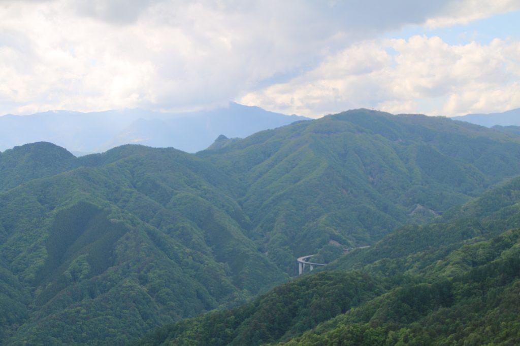 大菩薩初鹿野線から雲取山?方面を望む(2021年5月)