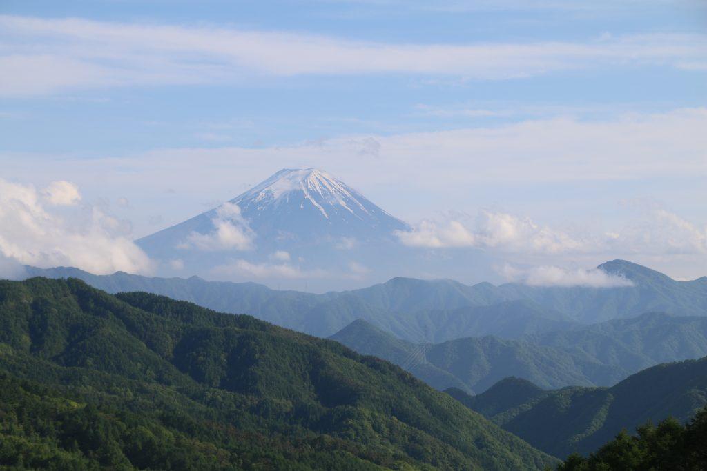 大菩薩湖奥の林道から富士山を望む(2021年5月)