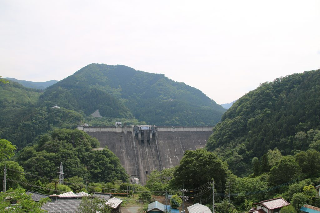 下久保ダムを下流側から望む(2021年5月)