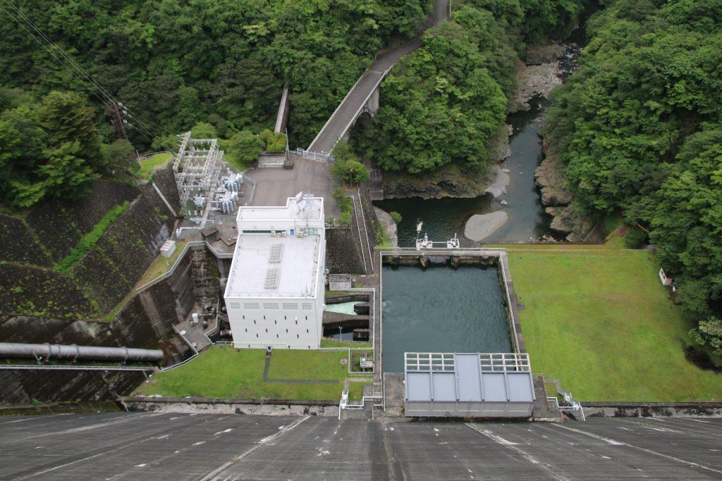 小河内ダム天端から多摩川第一発電所(2021年6月)