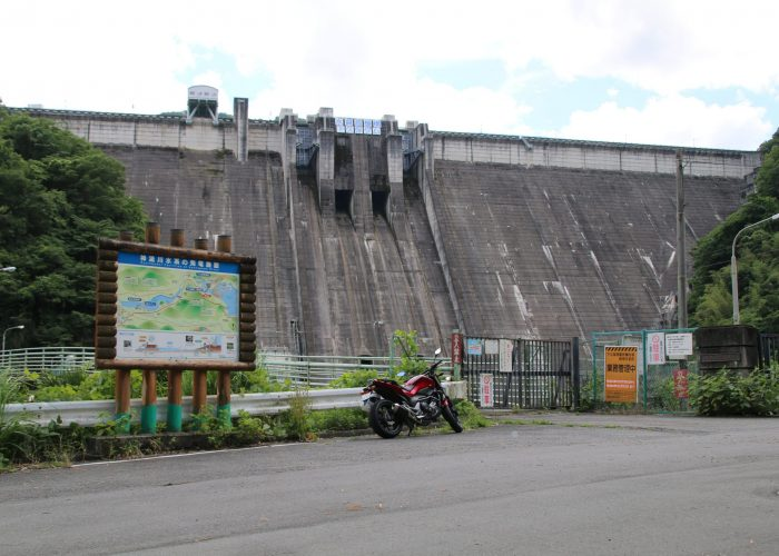 下久保ダムを三波石峡から望むー全景(2021年6月)
