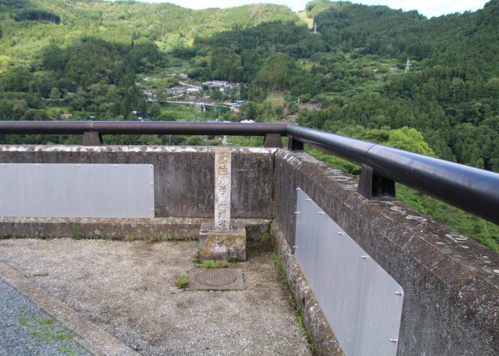下久保ダム角の標柱(2021年6月)