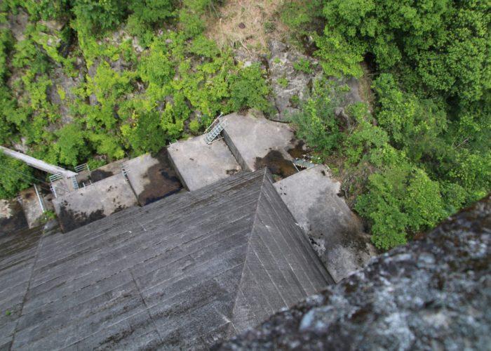 下久保ダムの角を直上から望む(2021年6月)