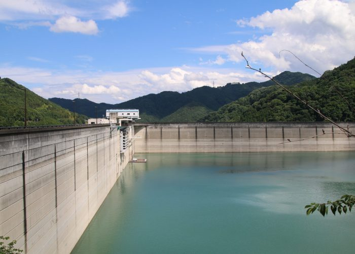 下久保ダムの内側の角遠景(2021年6月)
