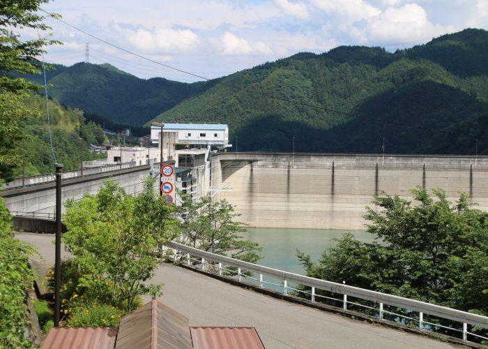 下久保ダムの内側の角やや遠景(2021年6月)