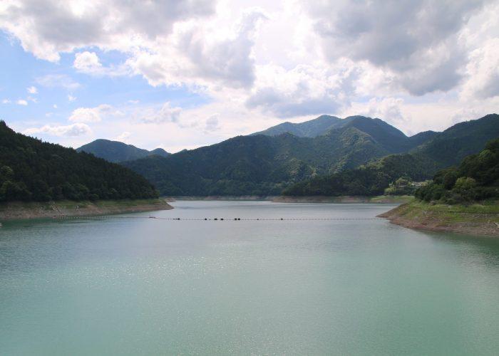 下久保ダムから神流湖を望む