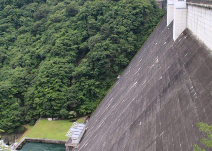 小河内ダムのゲートの無い堤体(2021年6月)