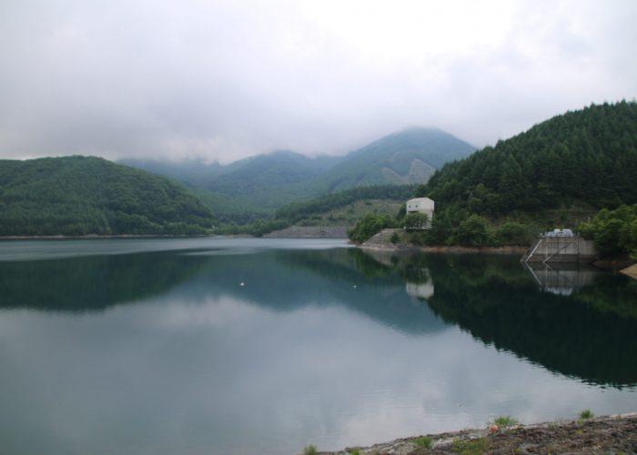 上日川ダムから大菩薩湖を望む(2021年6月)