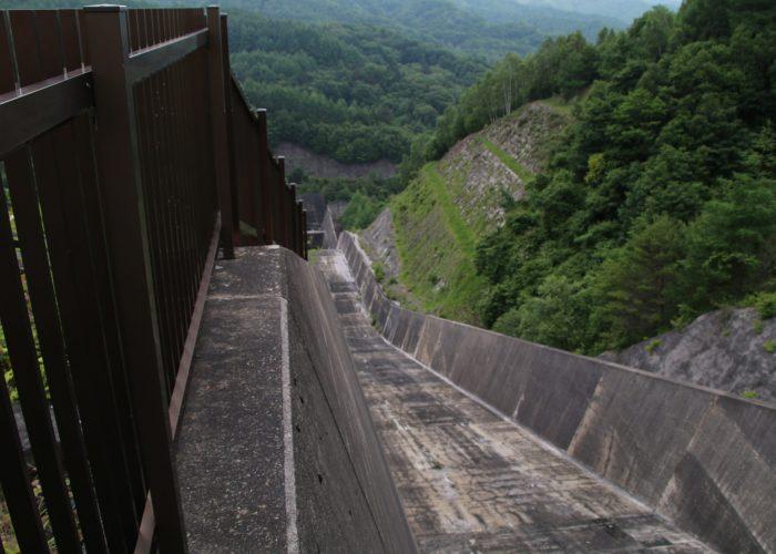 上日川ダムの洪水吐スロープ部(2021年6月)