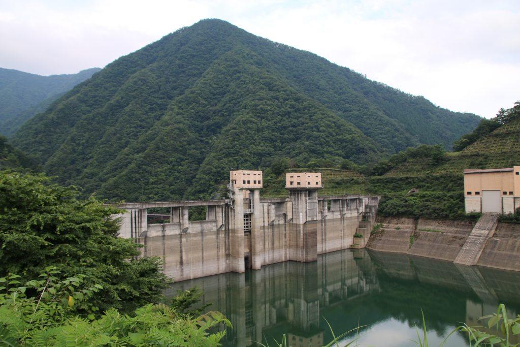 深城ダムの堤体正面(2021年7月)