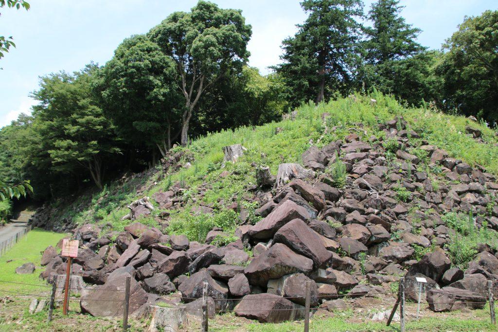 一夜城登り口の野面積み(2021年7月)